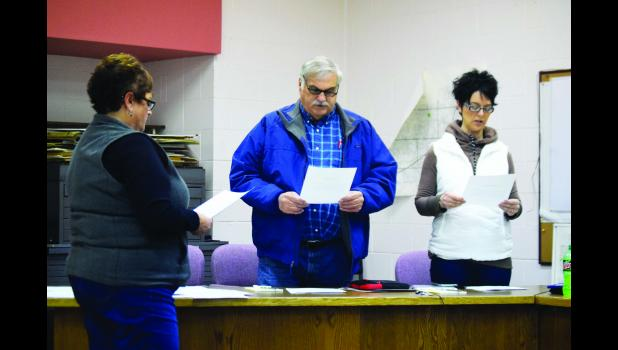 Deputy Clerk Peg Tentis administered the Oath of Office to new council members David Walkes and Diane LaRocque, and to newly elected mayor Roger Ziebell.